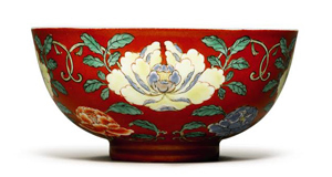 This black ground Famille Rose bowl with Yongzheng Mark fromthe Alfred Beit Foundation sold for £434,500 in London.