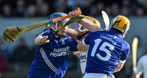 Padraic Maher, Thurles Sarsfields, under pressure from Padraic Collins, left, and Conor McGrath, Cratloe. Picture: Ramsey Cardy / SPORTSFILE