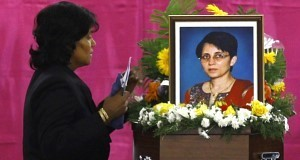 A mourner pays tribute to Jacintha Saldanha