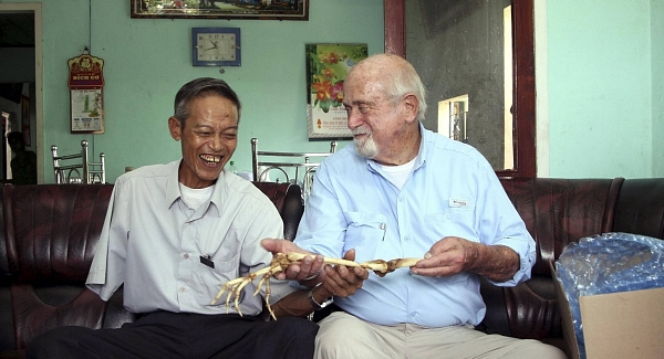 Dr Sam Axelrad, right, hands over arm bones belonging to former North Vietnamese soldier Nguyen Quang Hung. Pic: AP