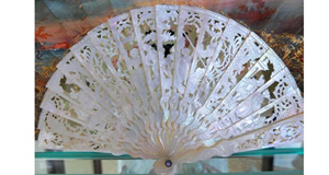 French Brisé fan in carvedmother-of-pearl. Late 19thcentury.