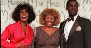 Whitney Houston at the 1998 American Music Awards with her mother, Cissy, and brother, Gary